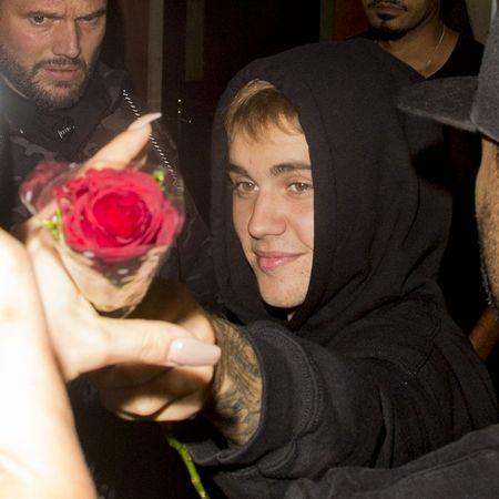 画像3: ジャスティン・ビーバーがファンにサプライズでバラをプレゼント