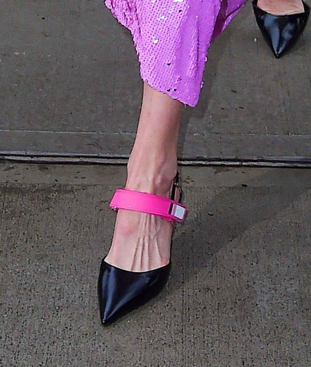 画像2: 人気モデルのジジ・ハディッド、全身ピンクに身を包み幸せオーラ全開