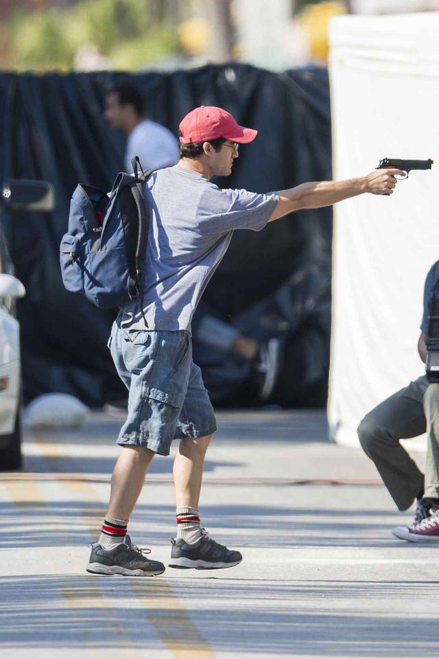 画像: 撮影中に銃を向けるダレン。