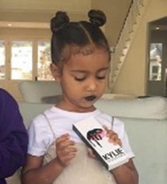 画像: 3歳になるカニエの娘ノースちゃんが、カイリーのリップキットで選んだ色は?
