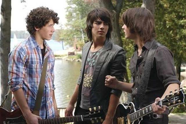 画像: 『キャンプ・ロック』のワンシーン。左から、ニック・ジョナス、ジョー、ケヴィン・ジョナス。