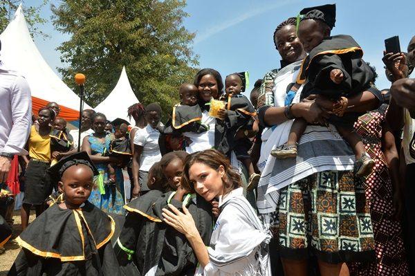 画像: ケニア西部のキスムの住民と交流。