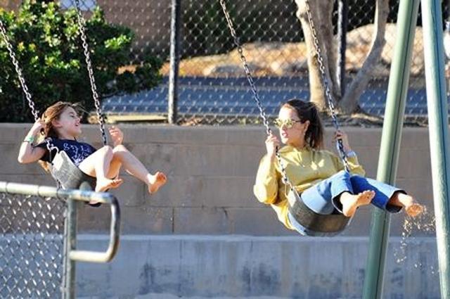 画像: 娘のアンニャちゃんと2人でブランコに乗っている姿は、まさに仲良し親子。