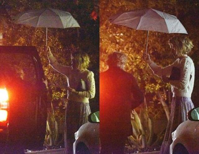画像: ホランドが雨に濡れないようサラが傘でエスコート。
