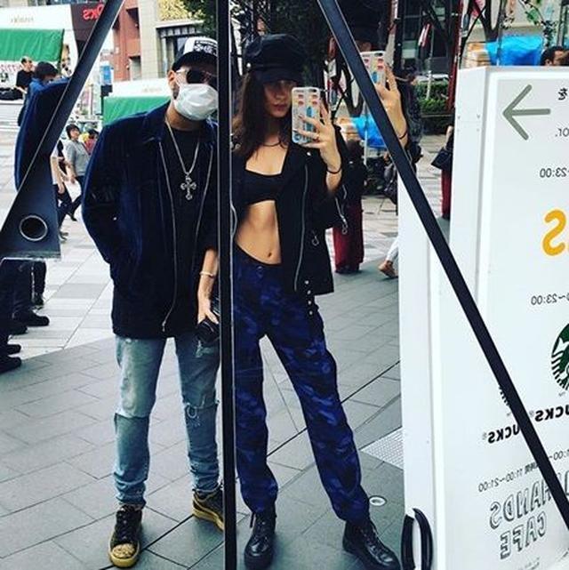 画像: ザ・ウィークエンドが自身のインスタグラムに初公開したベラとのツーショット。表参道の東急プラザ前で撮られた。