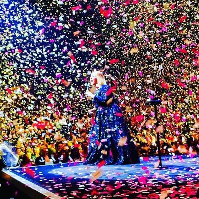 画像: ファンが撮影した、紙吹雪が舞う中「ローリング・イン・ザ・ディープ」を歌うアデル。 ©jovifan