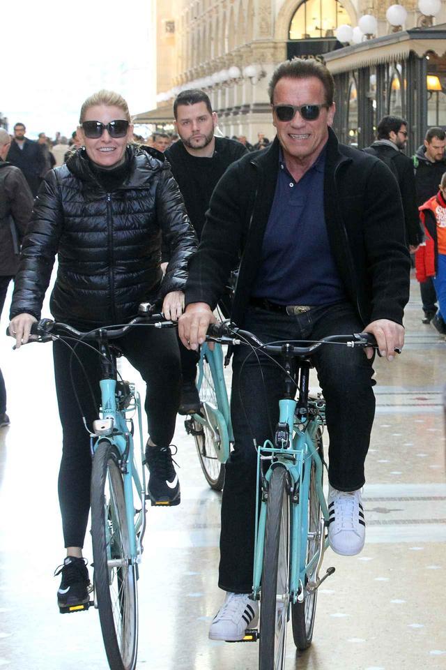 画像1: アーノルド・シュワルツェネッガー、ミラノでの自転車デートでプチパニック!