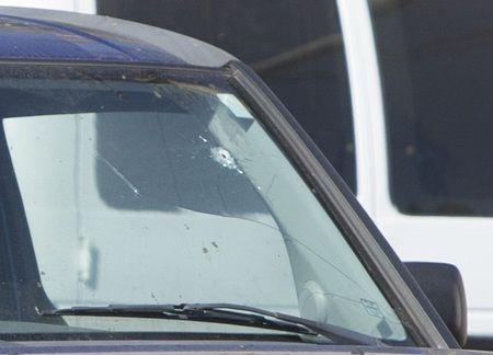 画像: 警備員が撃った弾の跡が車の窓ガラスにも。