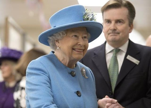 画像: 店内には緊張した従業員の顔が多かったが、女王は終始なごやかなムードだった。