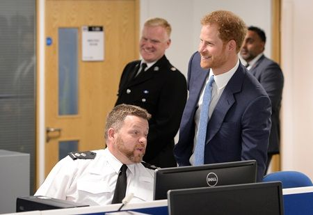 画像: 警察署でもなごやかなムード。