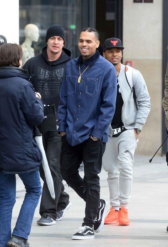 画像: 友人らと外出中に道で声をかけられ、笑顔で応じるクリス。あまり知られていないが、意外にもファンサービスを行う姿がこの日以外にも目撃されている。