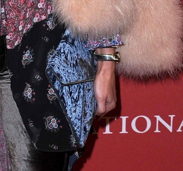 画像2: さすがオシャレ番長!オリヴィア・パレルモの花柄ドレスの着崩しテクに脱帽