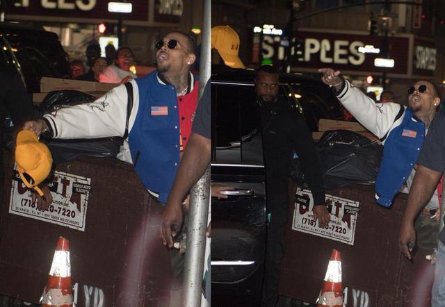 画像: コンサート会場の外で出待ちをしてくれていたファンに向かって、かぶっていた帽子を投げてプレゼント。