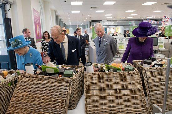 画像: エリザベス女王、フィリップ殿下、チャールズ皇太子、カミラ夫人は、とくに食材セットに興味を示していた。