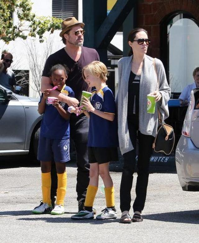 画像: 去年の春、長女ザハラと次女シャイロのサッカーの試合を夫婦揃って見学に訪れたブラッド&アンジェリーナ。この時の娘たちからの表情から見ても、一家はとても幸せそうだった。