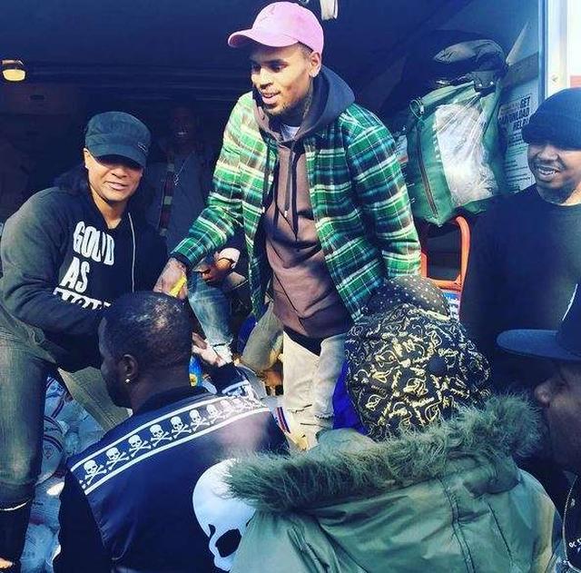 画像: サンクスギビングデー(感謝祭)にホームレスの人たちのために、トラックに山積みにされた2,000個以上のターキー(七面鳥)を寄付。