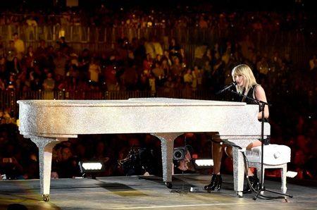 画像: テイラーは、「ディス・イズ・ホワット・ユー・ケイム・フォー」をピアノの弾き語りで披露。