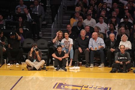 画像1: ケンダル・ジェンナー、友人カーリーと最低25万円の席でウワサのNBA選手の試合を観戦