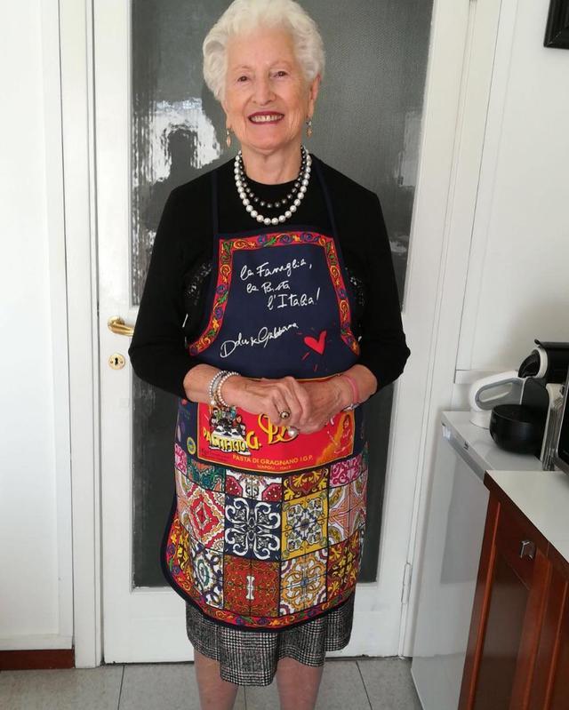 画像: セットのエプロンをデザイナーのステファノ・ガッバーナの母親が着用。 Instagram/ stefano gabbana