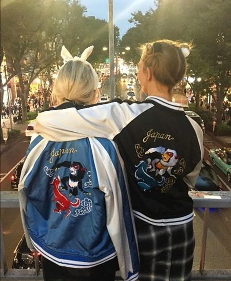 画像: 背中に「Japan」の文字が入ったスタジャンを着て、表参道の歩道橋からパチリ。