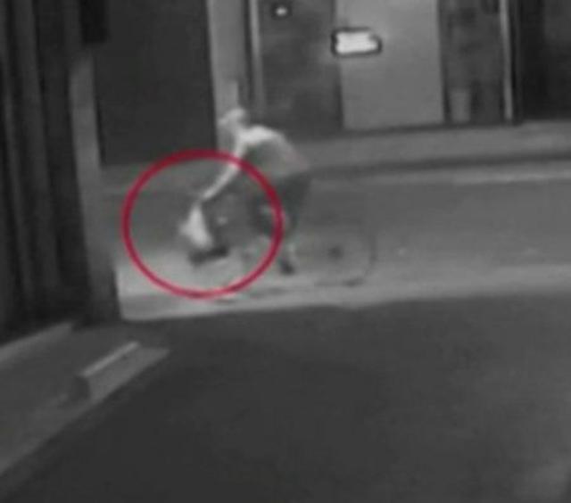 画像: 現場ホテル近くの路上に設置された防犯カメラからの映像の1コマ。自転車で逃走する犯人の手元にはキムの部屋から奪った宝飾品が入ったバッグが。