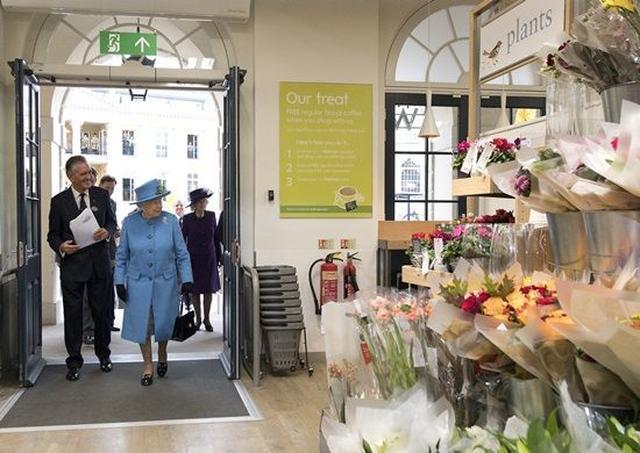 画像: 店舗は女王訪問のために臨時閉店された。