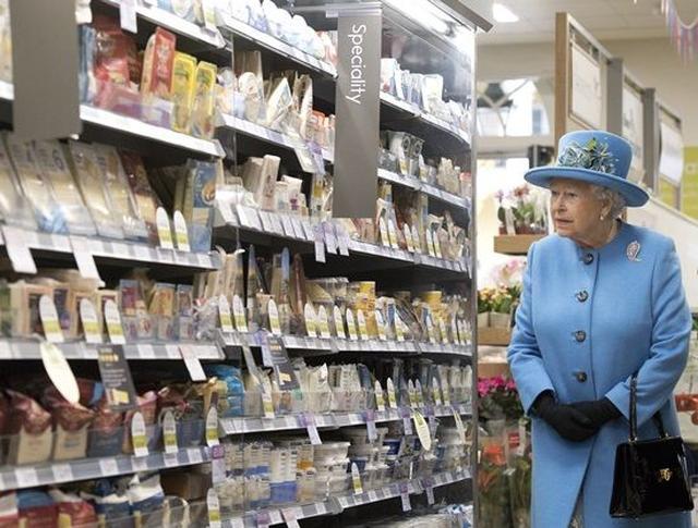 画像: 【写真】エリザベス英女王が一般のスーパーを訪れた時のリアクションを激写
