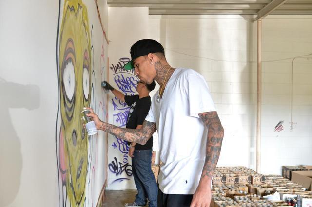 画像: 壁にスプレーを使ってペイントをする「グラフィティ」はプロ級の腕前。過去には、その才能を生かして制作したアートをチャリティオークションに出品したことも。