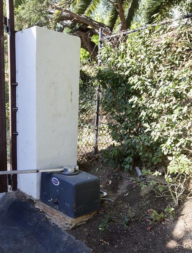画像: 犯人はこちらのフェンスをよじ登り敷地内に侵入。