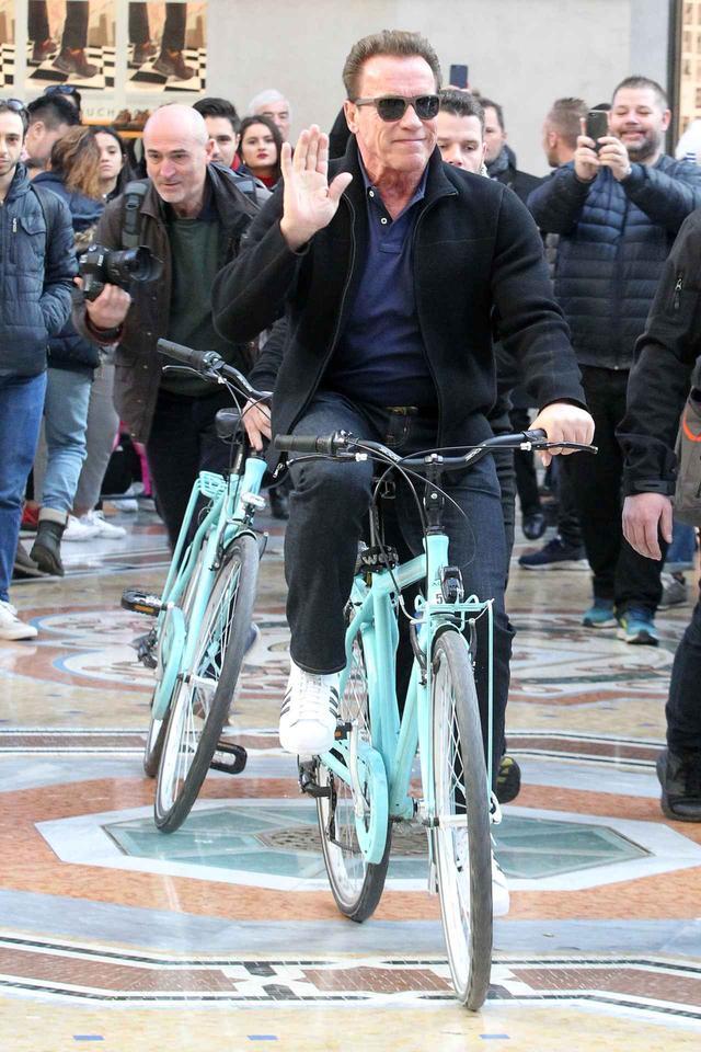 画像3: アーノルド・シュワルツェネッガー、ミラノでの自転車デートでプチパニック!