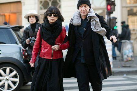 画像: 今年1月に開催されたパリ・コレクションでの川久保氏。隣は夫でCOMME des GARÇONS社の最高経営責任者エイドリアン・ジョフィ氏。