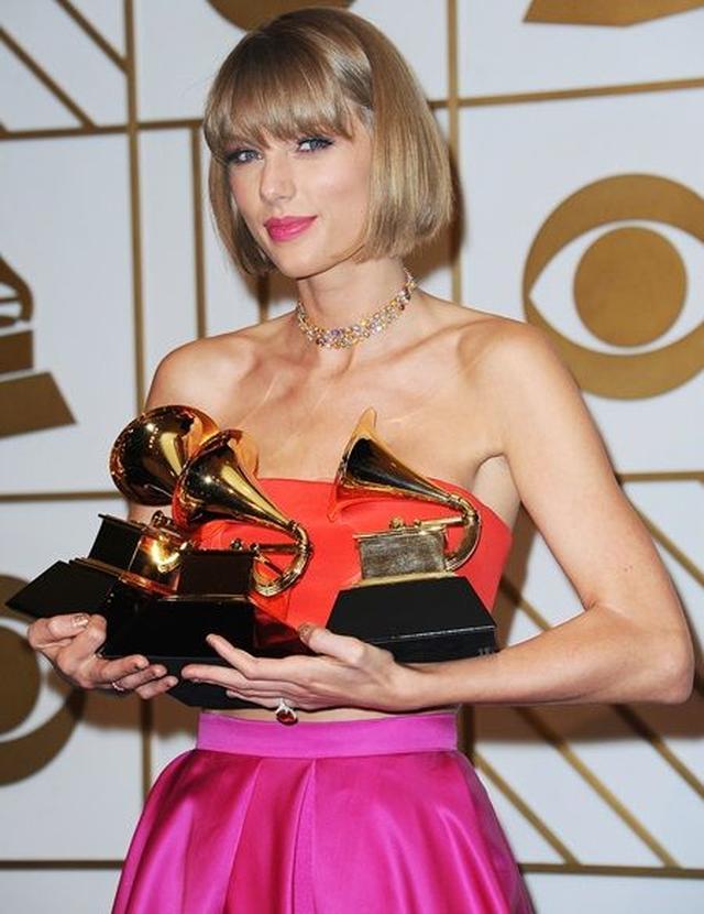画像: 今年2月に行われたグラミー賞でのテイラー。