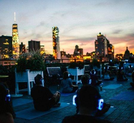 画像: 夕暮れの中、NYらしくビルの屋上で。 ©soexperience