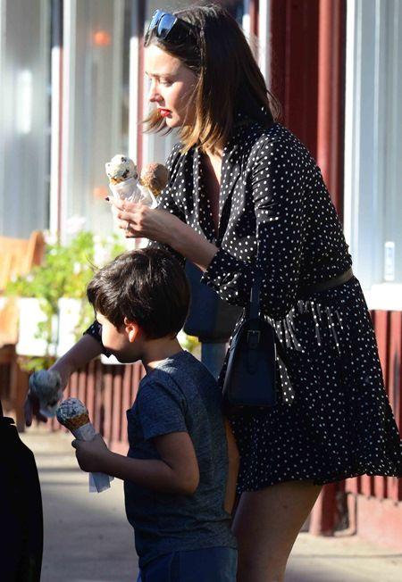 画像: 事件後初めてパパラッチされたミランダの姿。息子とアイスクリームを買いに出かけていた。