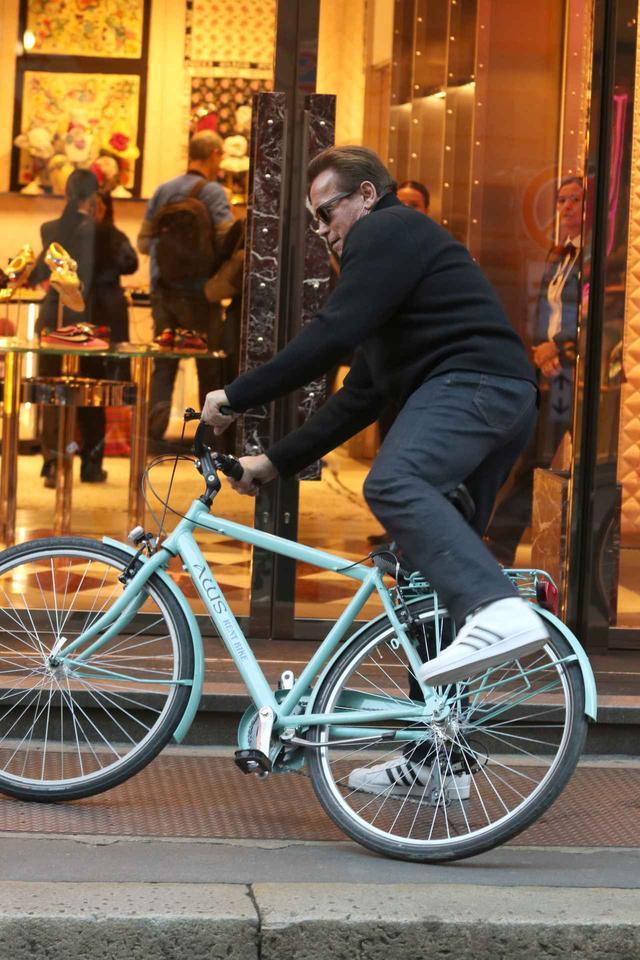 画像4: アーノルド・シュワルツェネッガー、ミラノでの自転車デートでプチパニック!