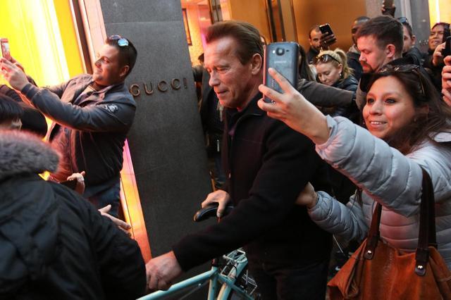 画像6: アーノルド・シュワルツェネッガー、ミラノでの自転車デートでプチパニック!
