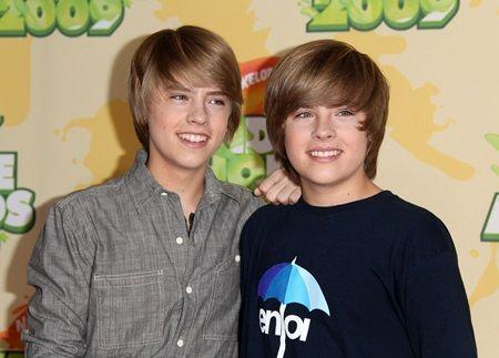 画像: コーディ役のコール・スプラウス(左)と、ザック役のディラン・スプラウス(右)は双子の兄弟。