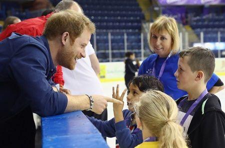 画像: ナショナル・アイス・センターで子供たちと交流。