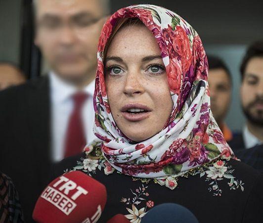画像: 10月初めにトルコに住むシリア難民を訪問したリンジー・ローハン。現地女性にもらったヘッドスカーフを巻いてメディアの質問の答えた。