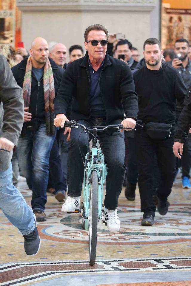 画像2: アーノルド・シュワルツェネッガー、ミラノでの自転車デートでプチパニック!