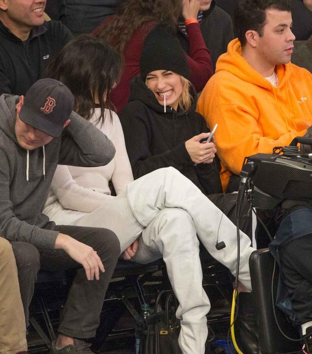 画像4: 22歳ケンダル・ジェンナー、「豪快ポーズ」でバスケの試合観戦