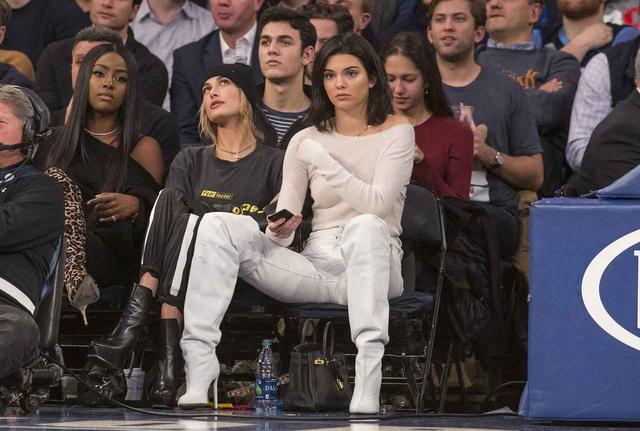 画像3: 22歳ケンダル・ジェンナー、「豪快ポーズ」でバスケの試合観戦
