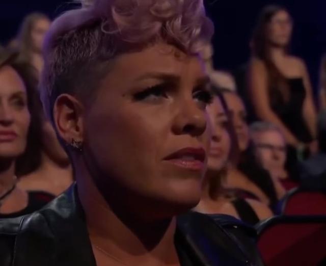 画像: パフォーマンス中のピンクの表情に注目集まる