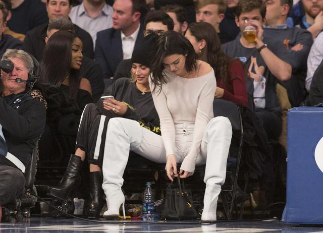 画像2: 22歳ケンダル・ジェンナー、「豪快ポーズ」でバスケの試合観戦
