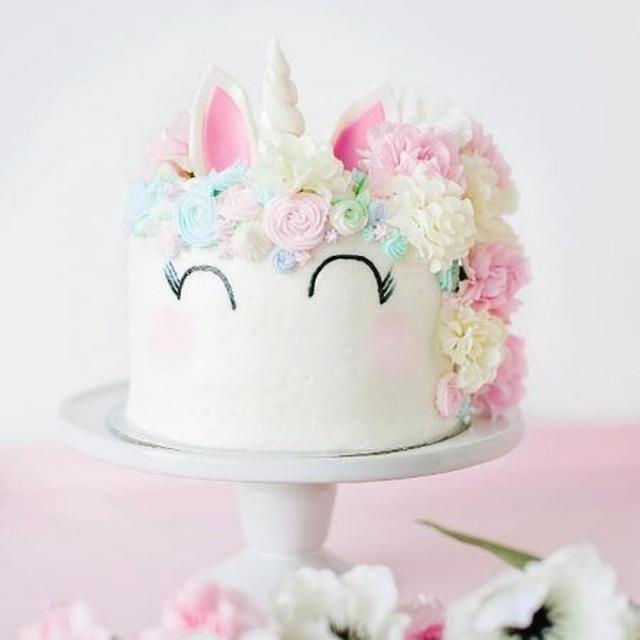 画像: ピンク×白のガーリーなユニコーンには、さまざまなサイズのパステルカラーのマジパンで作ったたてがみに、さらに食用の花もプラスして夢の国から飛び出してきたような可愛らしさに。 ⒸNat Spencer