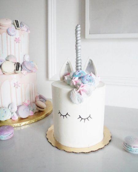 画像: 縦長に作った円柱状のケーキを真っ白なアイシングでコーティング。ユニコーンのトレードマークの角はマジパンで作り、シルバーにカラーして。側面にまつ毛を描いて夢見る表情に。 ⒸJenna Rae Cakes