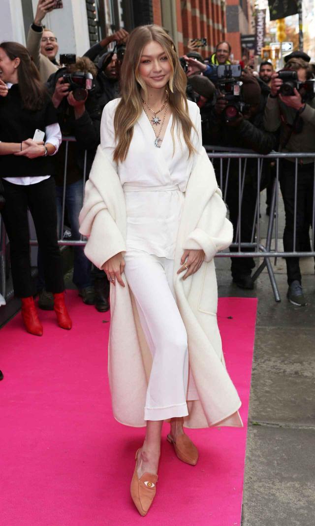 画像1: ジジ・ハディッド、白で身を包んだ最新ファッションがオシャレ