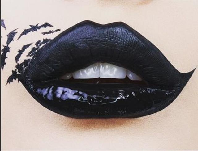 画像: 上唇はマット、下唇はツヤを出し、こうもりのタトゥーシールを貼って。 @powderbeautyboutique