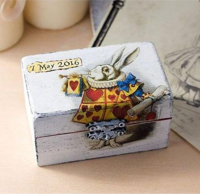 画像: 物語に登場する白うさぎの絵が描かれたリングケース。 Ⓒwondermentbyannia