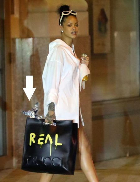 画像: リアーナは移動の際にもちゃんと手持ちのバッグに入れて持っていくほど、このぬいぐるみを大切にしているよう。